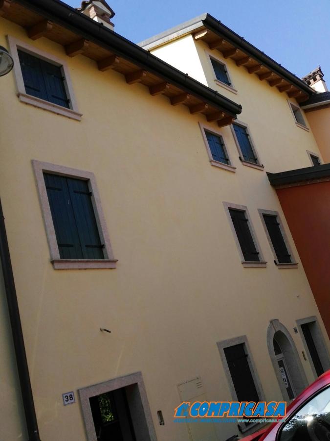 Appartamento in vendita a Pastrengo, 5 locali, prezzo € 170.000 | CambioCasa.it