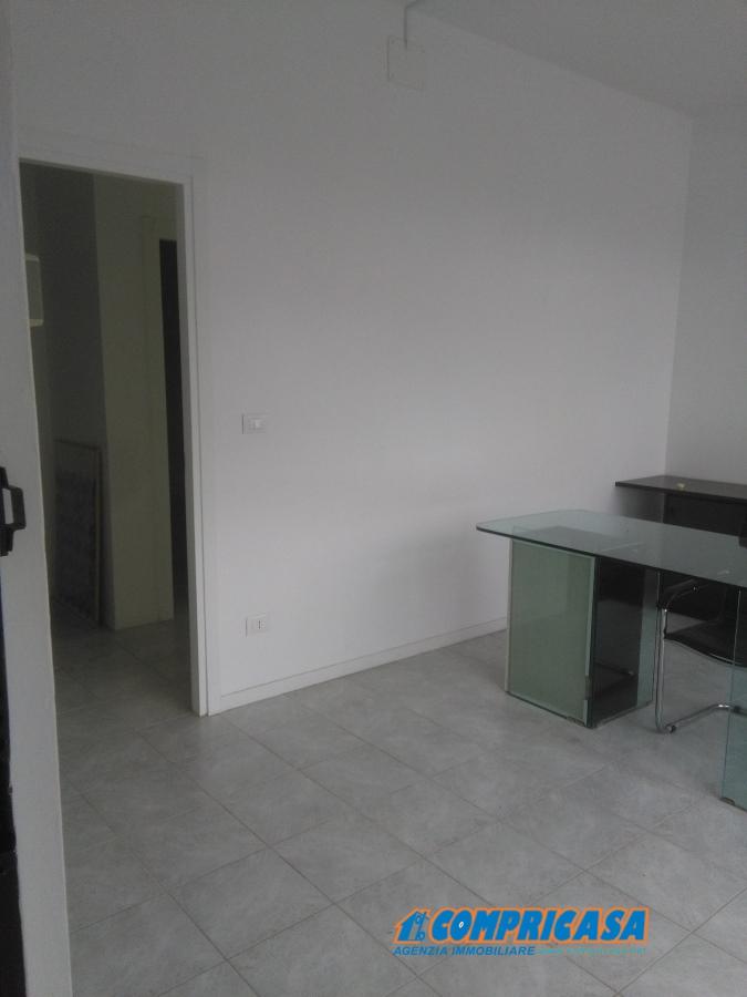 Ufficio / Studio in affitto a Affi, 5 locali, prezzo € 800 | CambioCasa.it